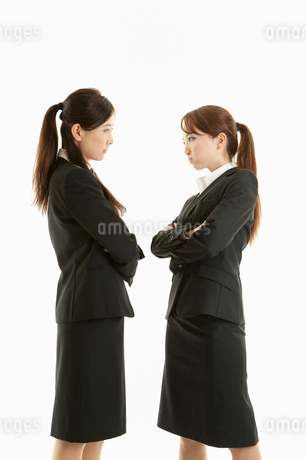 にらみ合う二人の女性の写真素材 [FYI01848096]