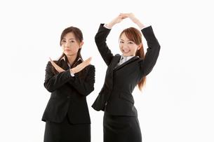 手でマルとバツを作る二人の女性の写真素材 [FYI01848201]