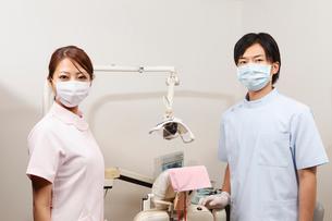 マスクを着けた歯科医師と歯科助手の写真素材 [FYI01848280]