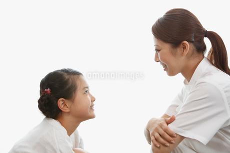 女の子と向い合う歯科助手の写真素材 [FYI01848301]