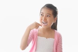 歯をブラッシングする女の子の写真素材 [FYI01848434]