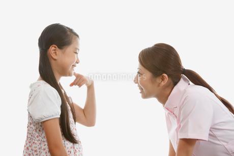 女の子と向い合う歯科助手の写真素材 [FYI01848536]