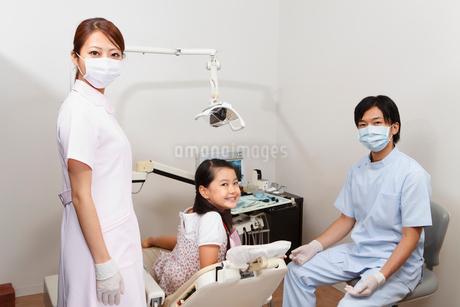 歯科医師と歯科助手と女の子の写真素材 [FYI01848594]