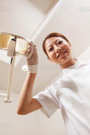 ライトを当てる歯科医師の写真素材 [FYI01848654]