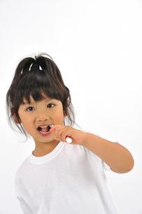 歯を磨く女の子の写真素材 [FYI01848687]