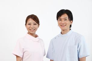 笑顔の歯科医師と歯科助手の写真素材 [FYI01848735]