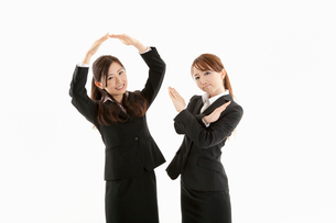 手でマルとバツを作る二人の女性の写真素材 [FYI01848764]