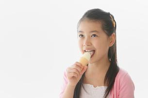 ソフトクリームを舐める女の子の写真素材 [FYI01848790]