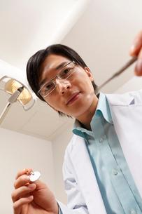 器具を持った歯科医師の写真素材 [FYI01849211]