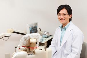 笑顔の歯科医師の写真素材 [FYI01849384]
