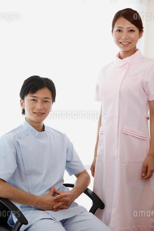 笑顔の歯科医師と歯科助手の写真素材 [FYI01849436]
