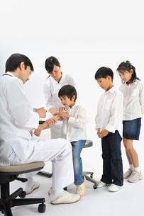 子供達に注射する医師と看護師の写真素材 [FYI01849489]