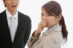 男性の口臭に鼻を押さえる若い女性の写真素材 [FYI01849507]