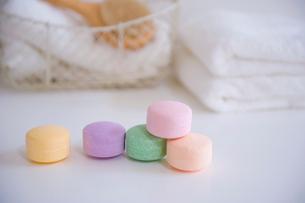 入浴剤とタオルの写真素材 [FYI01849557]