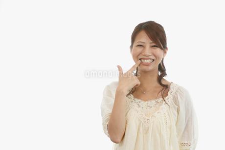 歯を見せる笑顔の若い女性の写真素材 [FYI01849651]