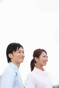 並んで立つ歯科医師と歯科助手の写真素材 [FYI01849902]
