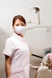 マスクを着けた歯科助手の写真素材 [FYI01850000]