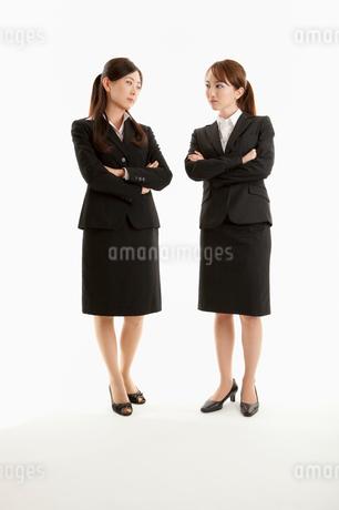 にらみ合う二人の女性の写真素材 [FYI01850015]