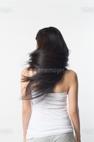 長い黒髪を揺らす女性の後姿の写真素材 [FYI01850156]