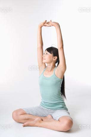 ストレッチをする日本人女性の写真素材 [FYI01850213]
