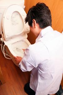 便器を磨く男性の写真素材 [FYI01850491]