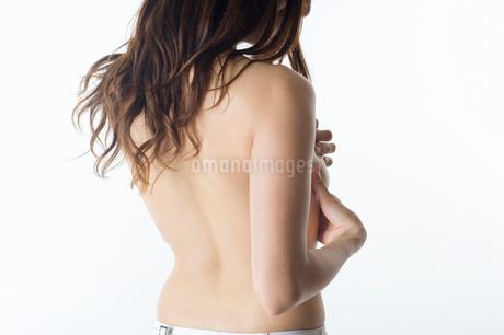 バストトップを手で覆う女性の後姿の写真素材 [FYI01850507]