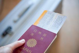ボーディングパスを挟んだパスポートの写真素材 [FYI01850780]
