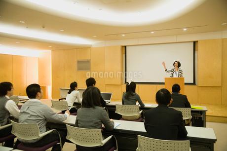 プレゼンテーションをする女性と聴衆の写真素材 [FYI01851162]