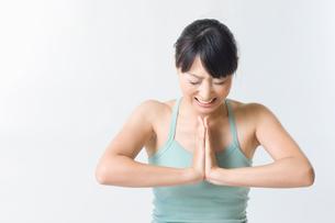 筋力トレーニングをする日本人女性の写真素材 [FYI01851661]