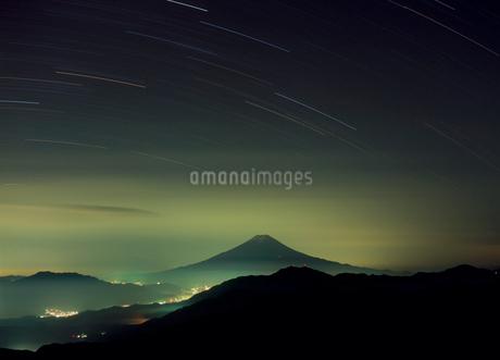 雁ヶ腹摺山から富士山の夜景の写真素材 [FYI01851837]