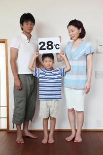 設定温度のボードを持つ男の子と両親の写真素材 [FYI01851956]