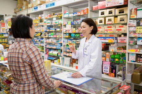客に薬の説明をする女性薬剤師の写真素材 [FYI01851980]