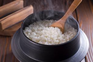 鉄釜に入った炊きたてご飯の写真素材 [FYI01852850]