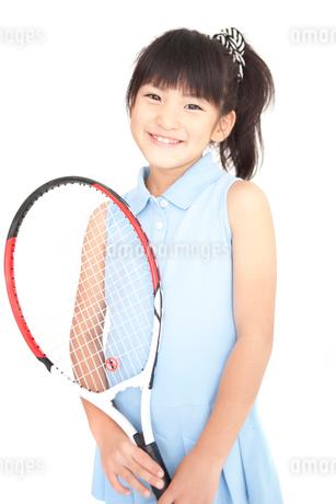 笑顔でテニスラケットを持っている女の子の写真素材 [FYI01853280]