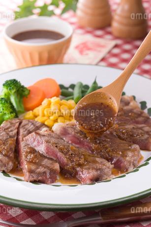 ステーキにステーキソースをかけるの写真素材 [FYI01854036]