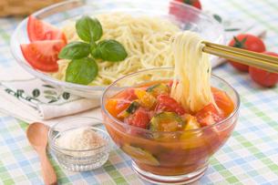 冷しトマトつけ麺の写真素材 [FYI01854237]
