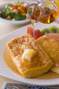 フレンチトーストの朝食の写真素材 [FYI01854408]