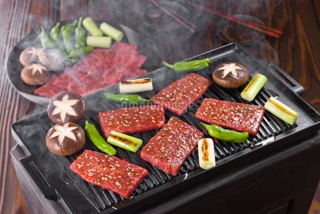 焼肉を鉄板で焼くの写真素材 [FYI01854832]