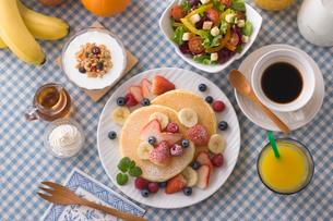 フルーツパンケーキの朝食の写真素材 [FYI01855183]