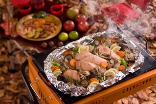 鮭のホイル焼きをバーベキューコンロで焼くの写真素材 [FYI01856163]
