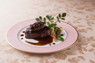 ロッシーニ風牛ヒレ肉のフォアグラ添えの写真素材 [FYI01856396]