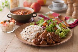 鶏肉の甘辛炒めと雑穀ごはんとサラダの写真素材 [FYI01856435]