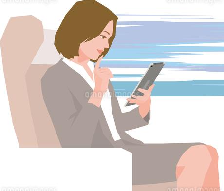 電車内でタブレットを見るビジネスウーマンのイラスト素材 [FYI01856547]