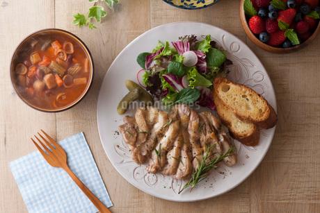 若鶏のソテーとサラダとバゲットの写真素材 [FYI01856575]