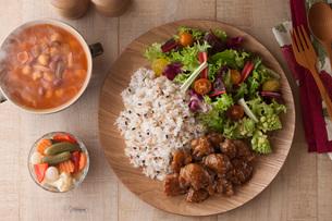 鶏肉の甘辛炒めと雑穀ごはんとサラダの写真素材 [FYI01856612]
