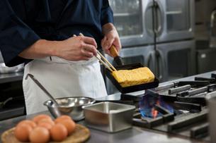 だし巻き玉子を作る調理師の写真素材 [FYI01856697]