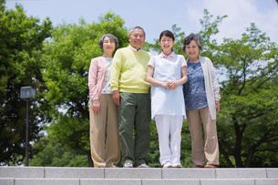 並んで立つシニアの男女と介護福祉士の写真素材 [FYI01856730]
