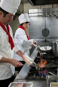 赤ワインソースを作る調理師の写真素材 [FYI01856882]