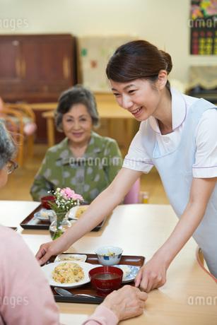 老人ホームで食事を準備する介護福祉士の写真素材 [FYI01856895]