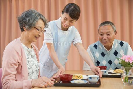 老人ホームで食事を準備する介護福祉士の写真素材 [FYI01857077]